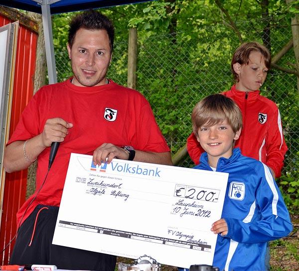 antoncup-2012---scheckubergabe-durch-leo-baur-kapitan-des-fv-olympia-laupheim-e1-junioren-team
