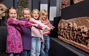 linden-museum_maedchen-in-suedasien-abteilung