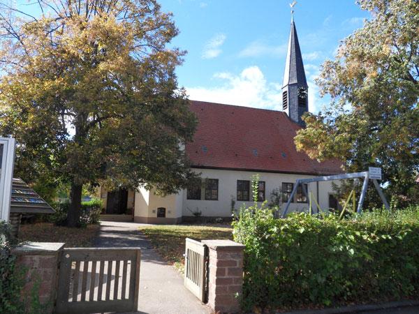 Wolfbuschkirche mit Kindergarten. Foto: Sandra Keila