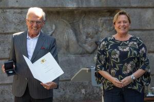 lhs-ministerin-eisenmann-uberreicht-staufermedaille-an-juergen-zeeb_foto-leif-piechowski-rechte-stadt-stuttgart_2020-07-30