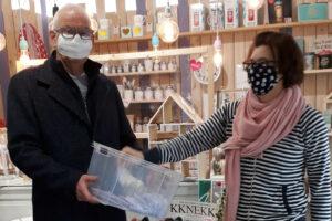 Glücksfee Kati Höschele im Beisein von WeilAktiv Vorstand Bernd Sessler