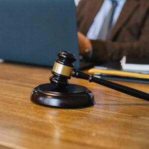 anwalt-pexels-sora-shimazaki-5668791