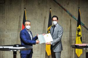 EBM Dr. Mayer überreicht OB Dr. Nopper die Ernennungsurkunde. Foto © Stadt Stuttgart