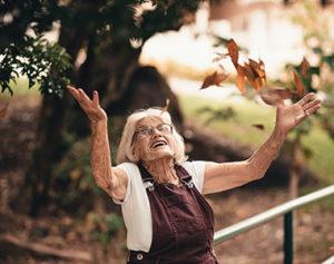 freudige Seniorin © Foto Pexels.com