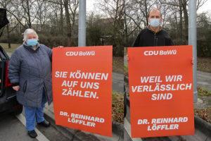 Die Weilimdorfer Christdemokraten Waltraud Illner und Helmut Heisig beim Aufhängen der neuen CDU-Plakate in Weilimdorf. Foto: Helmut Heisig/Waltraud Illner