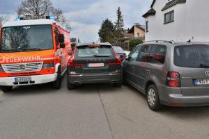 Entgegen jeder Vernunft und Regel: Autofahrer fährt mitten durch Feuerwehreinsatz. Foto: Andreas Rometsch