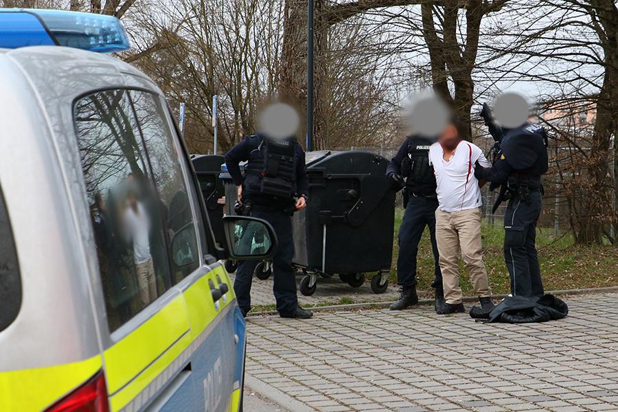 Polizeibeamte haben am Dienstagabend (23.03.2021) einen 36 Jahre alten Mann festgenommen, Foto: Andreas Rometsch