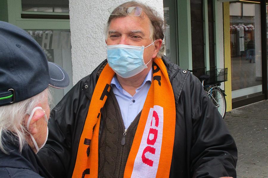 CDU-Kandidat Dr. Reinhard Löffler im Bürgergespräch auf dem Weilimdorfer Wochenmarkt. Foto: Helmut Heisig