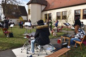 Der Jugendchor und die Flötengruppe von Shèron Waldner-Schöpf umrahmte den Gottesdienst - Choronakonform sang er in kleiner Besetzung auf der Wiese vor der Wolfbuschkirche. Foto: Uwe Tommasi