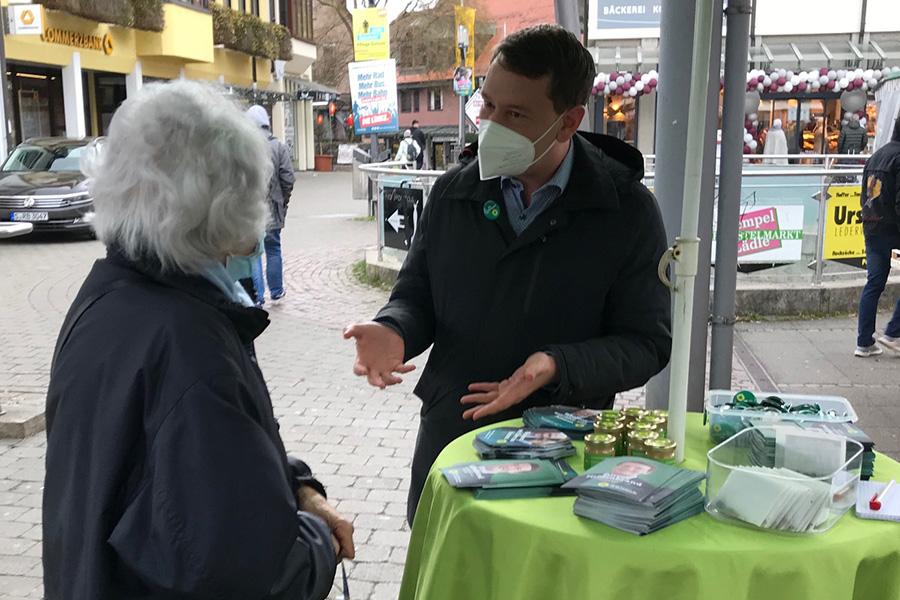 Oliver Hildenbrand am Info-Stand der Weilimdorfer Grünen