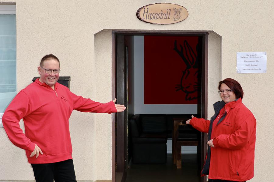 """Volker Blanke und Sabrina Pallas vor dem """"Hasastall"""". Foto: Goede"""