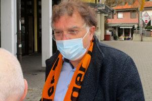 CDU-Kandidat Dr. Reinhard Löffler im Bürgergespräch auf dem Weilimdorfer Wochenmarkt.
