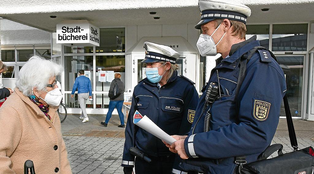 Die Polizei war vergangene Woche auf dem Marktplatz in Weilimdorf unterwegs und hat insbesondere Senioren über die neuesten Maschen von Trickbetrügern informiert. Foto: Tommasi
