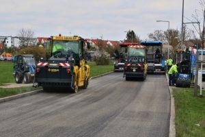 Sanierung der Gerlinger Straße - am 8. April wurde die neue Teerdecke aufgebracht. Foto: Andreas Rometsch