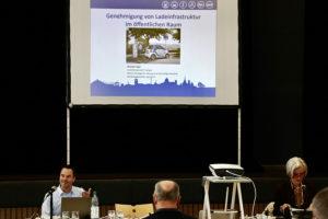 Michael Hagel vom Referat Strategische Planung und nachhaltige Mobilität stellte dem Bezirksbeirat Weilimdorf die neuen E-Standorte vor. Foto: Goede
