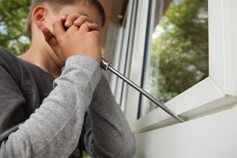 Foto: Kind / Jugendlicher Fenster aufhebeln, Polizeiliche Kriminalprävention der Länder und des Bundes