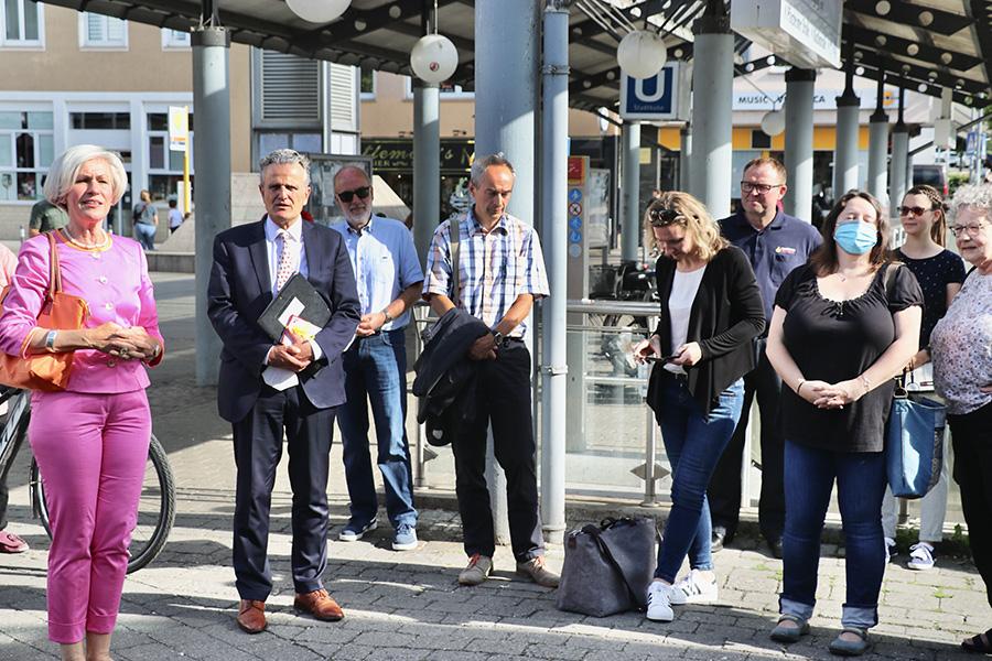 OB Nopper zu Besuch in Weilimdorf: Gesprächsreicher Stadtspaziergang vom Löwen-Markt zum Walz-Areal. Foto: GOEDE